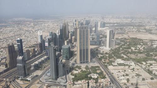 从哈利法塔观景台上俯瞰迪拜一角